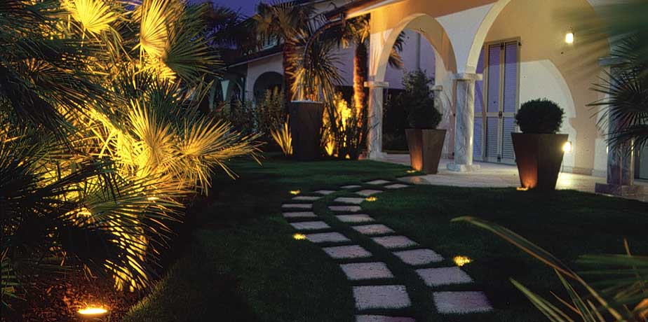 Illuminare giardini terrazze e spazi esterni cozzolino for Illuminazione per giardino